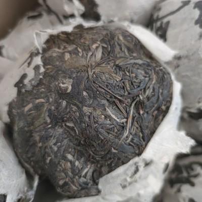 ,易武茶比较柔,但是随着时间的陈化带独特的野花香,茶味比较浓厚,回甘快