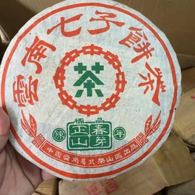 90年代正山春芽,早期铁模压制,400克青饼,陈香浓郁,干净无杂味。
