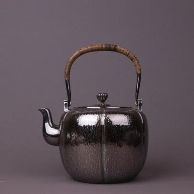 日本银器 壶身通体锤纹,花瓣摘钮,装饰意味浓厚,藤编提梁,隔热耐用