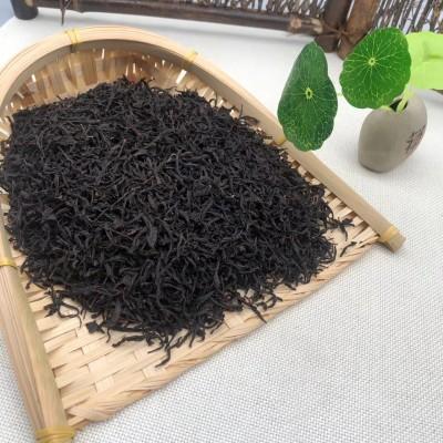 500克正山小种红茶外形条索肥实,色泽乌润,泡水后汤色红浓,香气高长