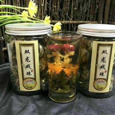 双龙戏珠花茶采用上等的福建白毫银针为原料与茉莉花、千日红、金盏花制成